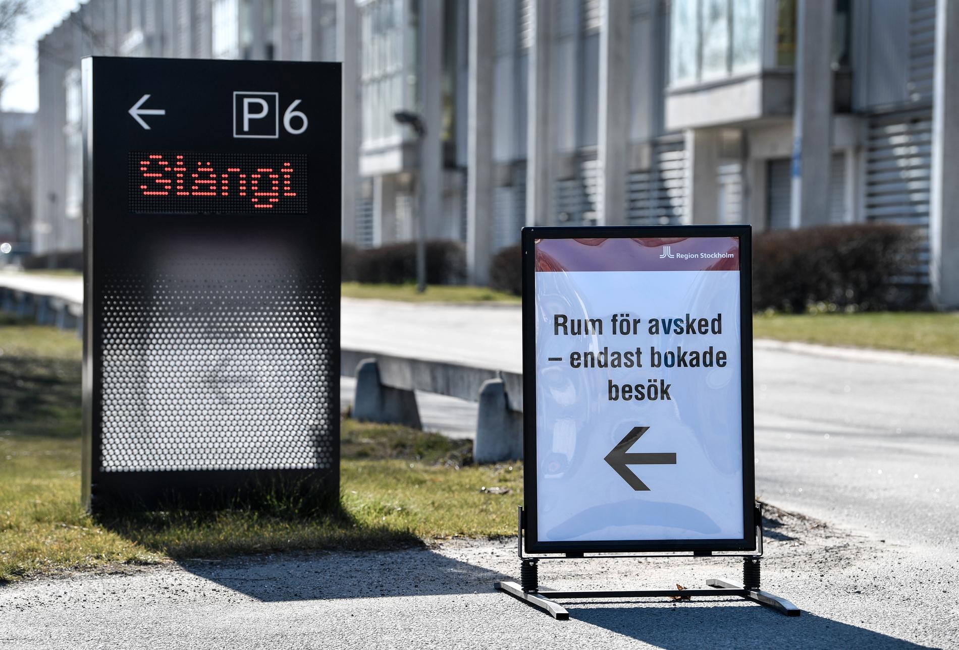 En skylt med anvisningar till de avskedsrum som förberetts utanför fältsjukhuset i Stockholmsmässans lokaler i Älvsjö. Arkivbild.