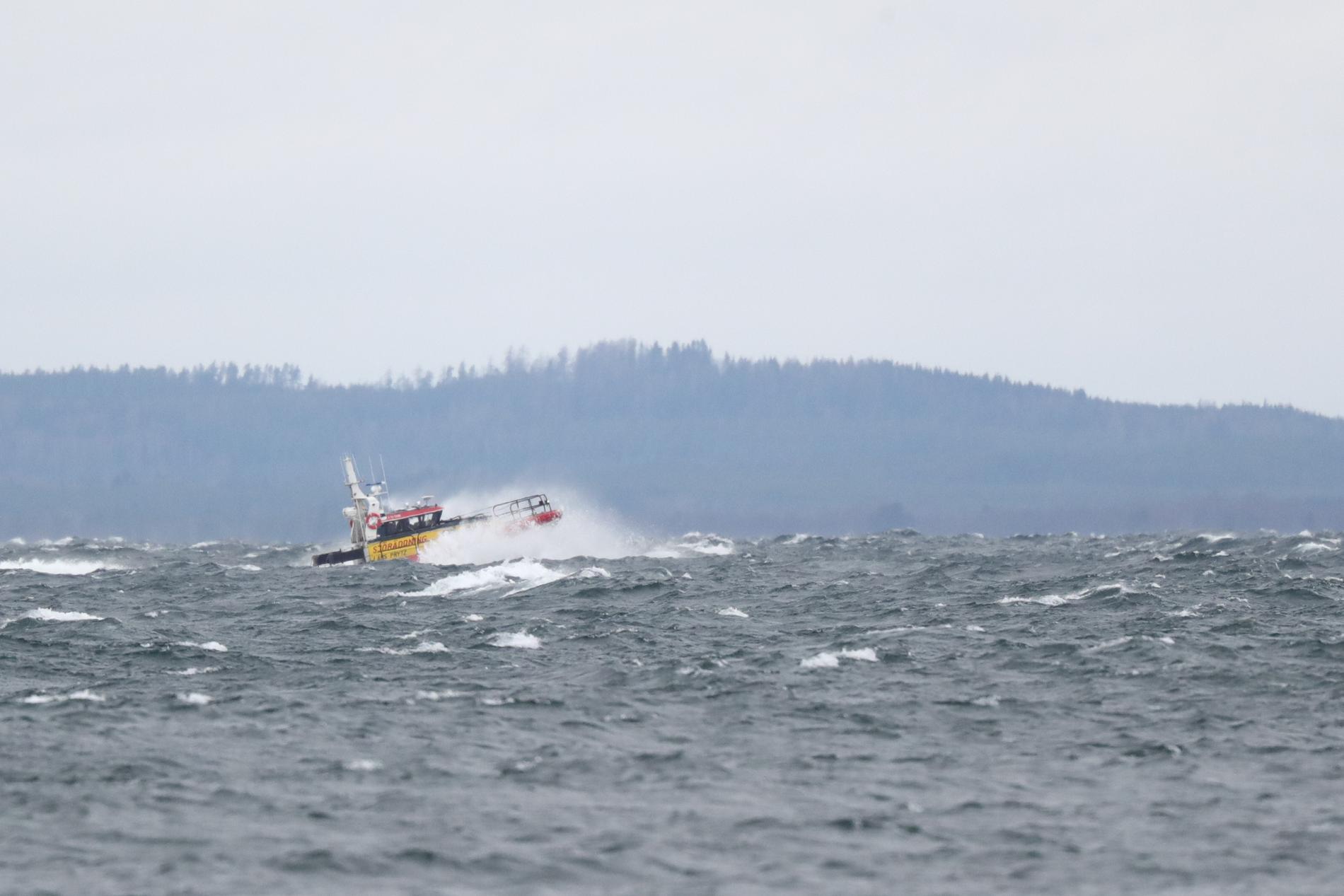 Helikoptern vinschade upp de tre männen och satte dem i säkerhet på land vid Borghamn.