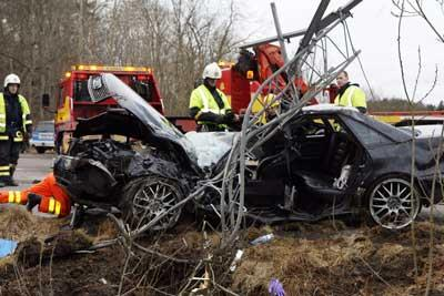 Den kraschade bilen vändes på rätt sida av räddningstjänsten.