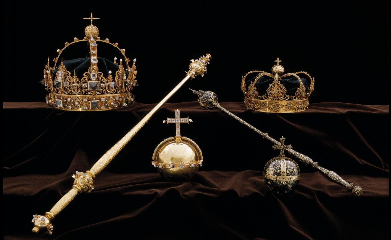 De två kronorna och ett av riksäpplena som ingår i kung Karl IX:s och drottning Kristina den äldres begravningsregalier stals i somras från domkyrkan i Strängnäs. I dag inleds rättegången mot en 22-årig man som misstänks för stölden. Bild från polisens förundersökning.