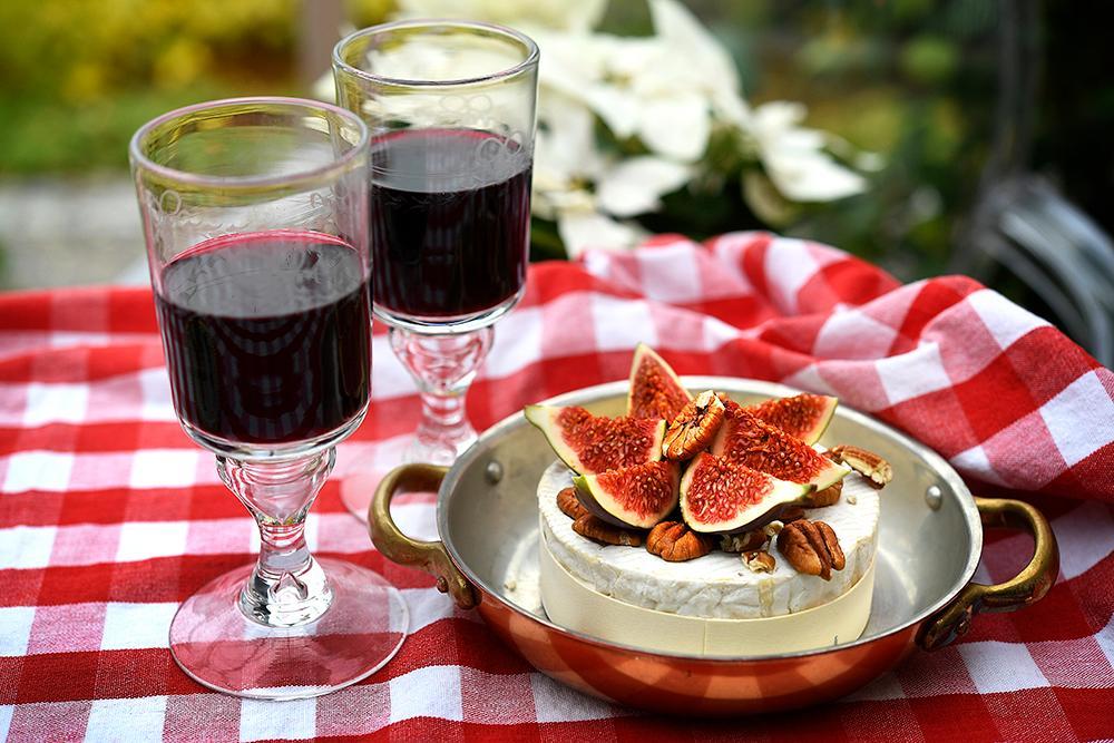 Bakad brie med fikon och pecannötter.