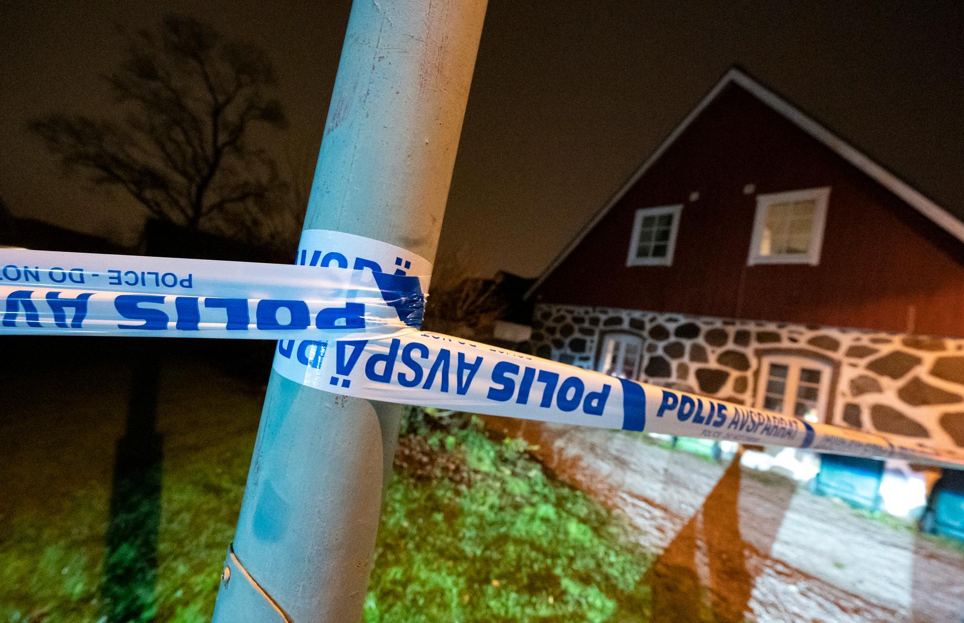 November förra året: Polis och avspärrningar vid en fastighet i Åstorp efter att en person hittats död. Personen hittades av en privatperson som slog larm, enligt polis. Arkivbild.