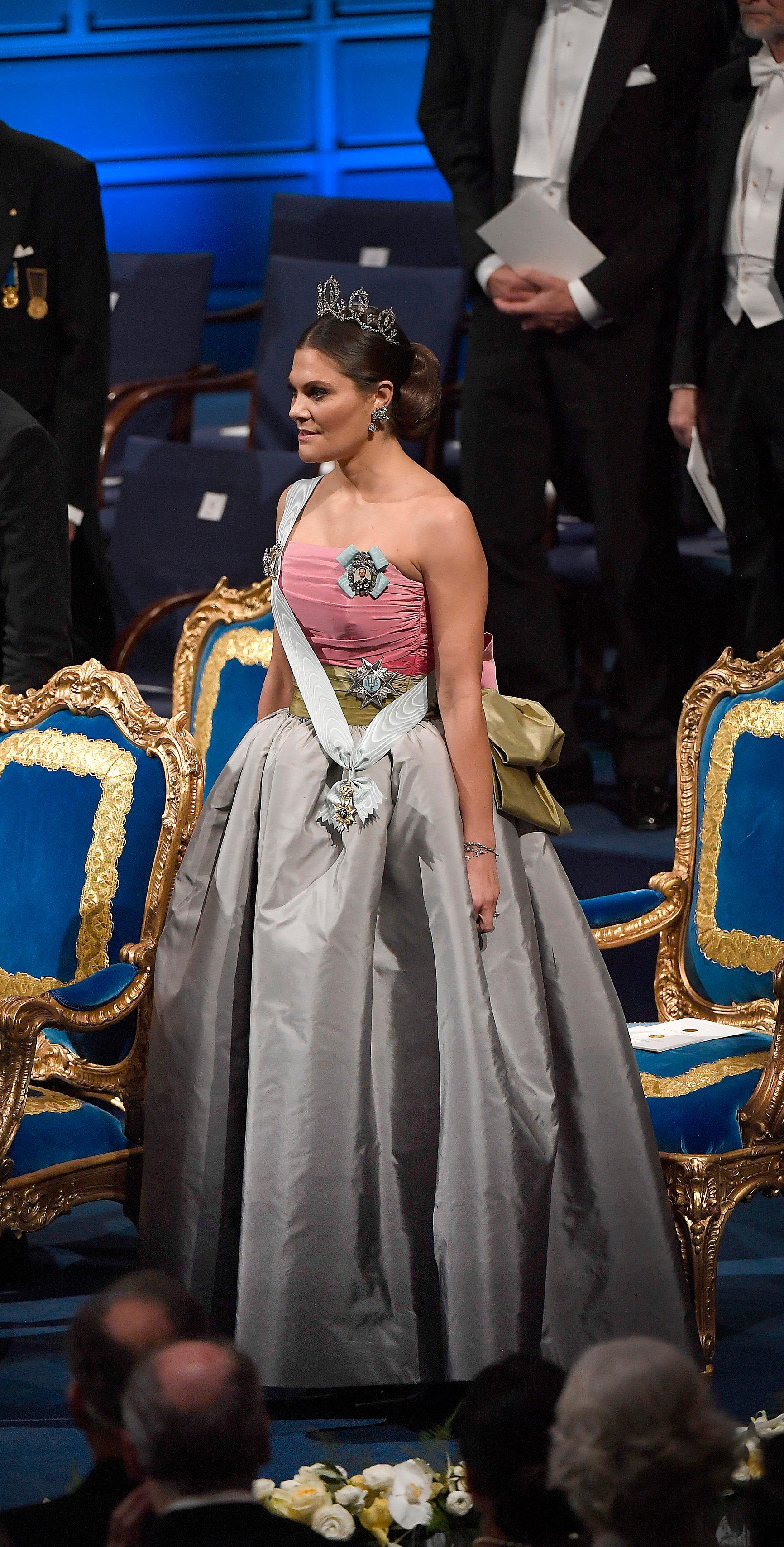 2018.Nobelfesten gick i återbrukets tecken när Victoria gled in i klänningen som drottningen bar 1995. Den 23 år gamla sidentaftklänningen är designad av italienska modehuset Nina Ricci och pryds av en stor rosett på ryggen och känns mer modern än någonsin.