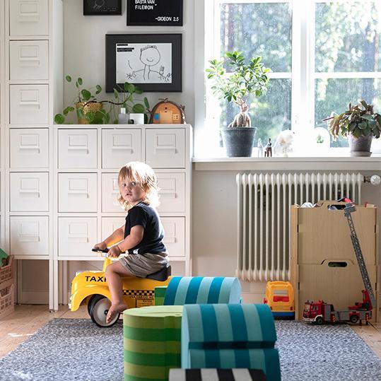 Lekrummet ligger på lämpligaste plats mellan vardagsrum och kök. Då har barnen plats att leka i närheten av de vuxna och behöver inte dra ned leksaker från övervåningen. Skåpet med plats för leksaker kommer från Ikea och skumgummiklossarna är från Bobles.