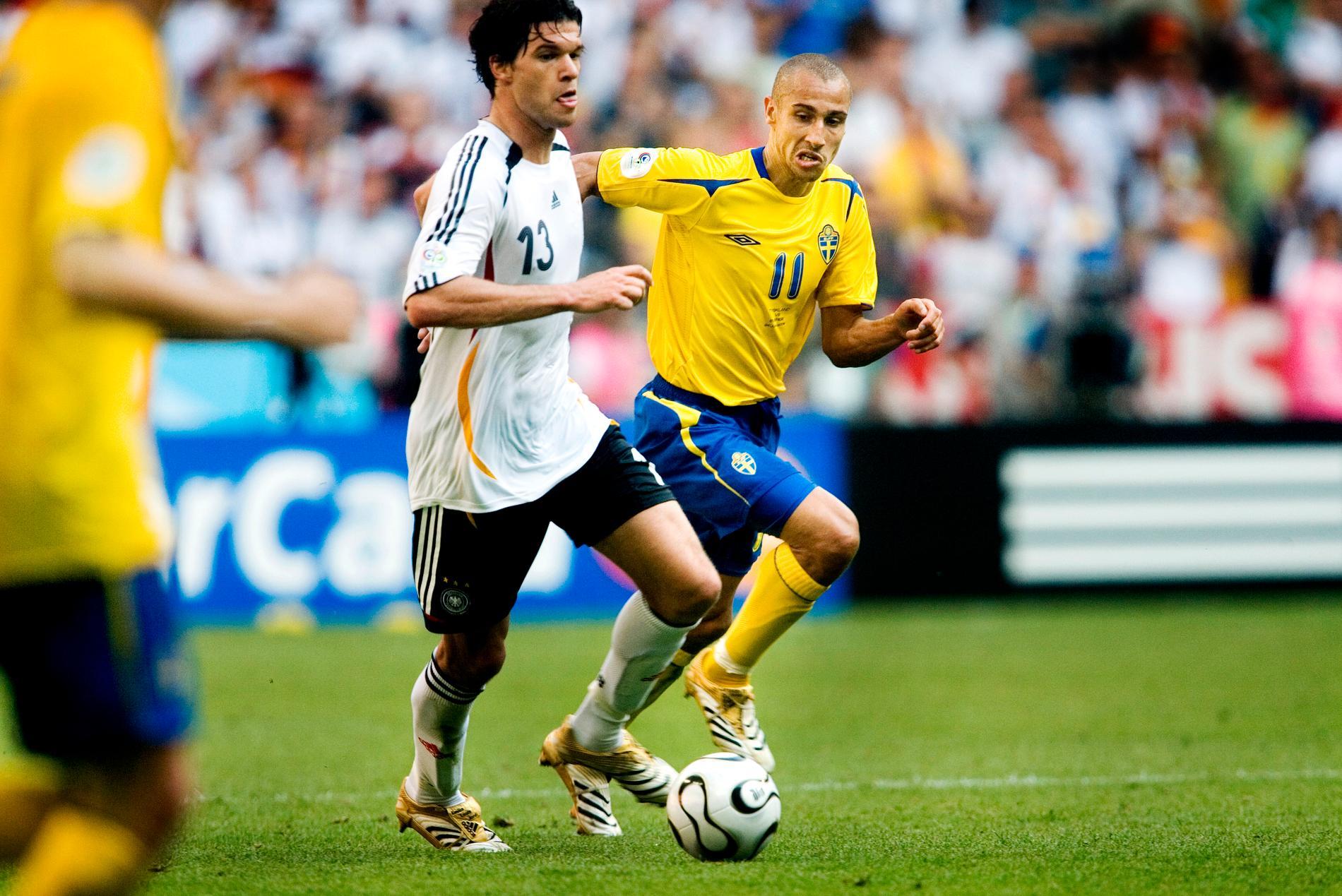 "Michael Ballack i närkamp med ""Henke"" Larsson i fotbolls-VM i Tyskland 2006."