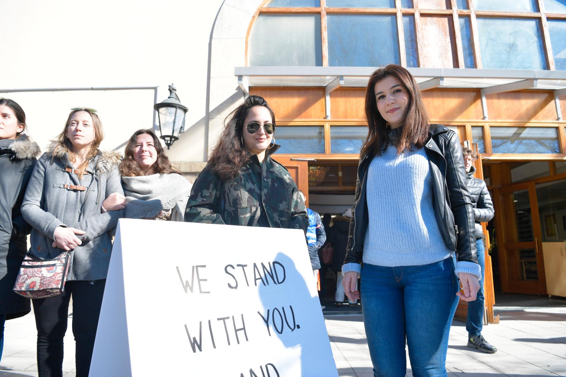 Linn Ahlbom, Fia Nerelius, Odessa Fardipour och Munube Kaya stod utanför moskén.