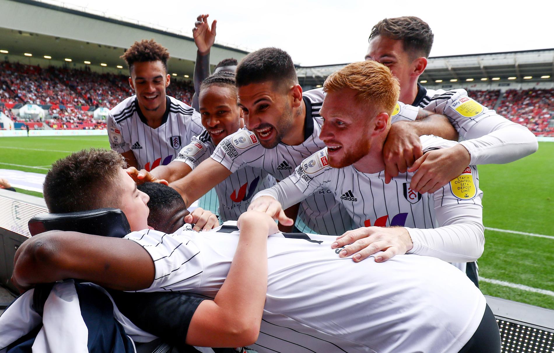 När Fulham gjorde mål mot Bristol City sprang alla spelarna fram och firade med Rhys Porter.