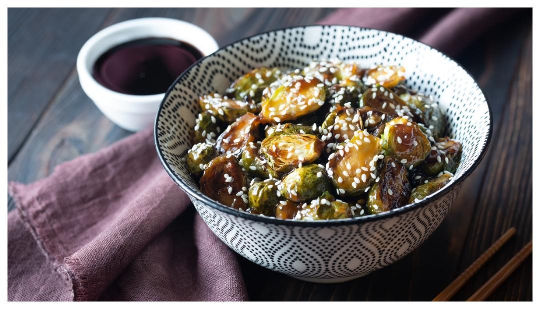 Krydda upp brysselkålen med asiatiska smaker.