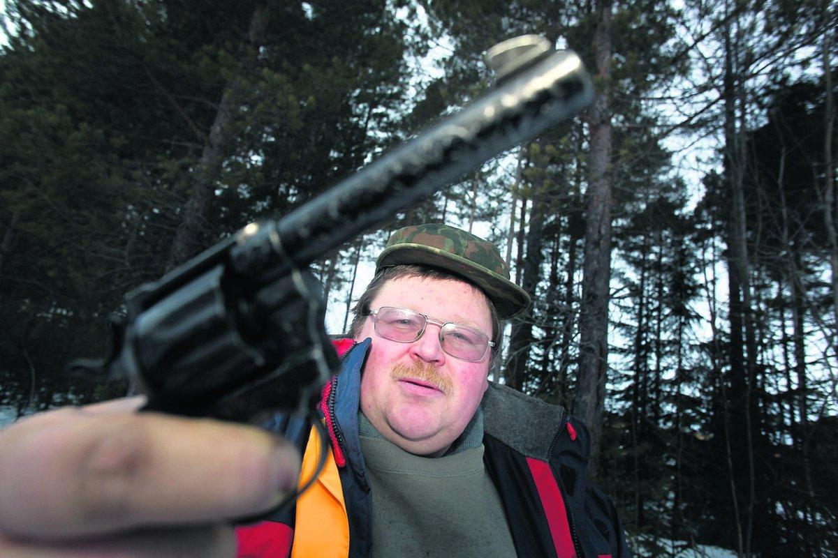 Rädd för björn Per Erik Johansson är orolig över björnar i skogen. En vän till honom blev för några år sedan attackerad och därför vill han nu skydda sig.