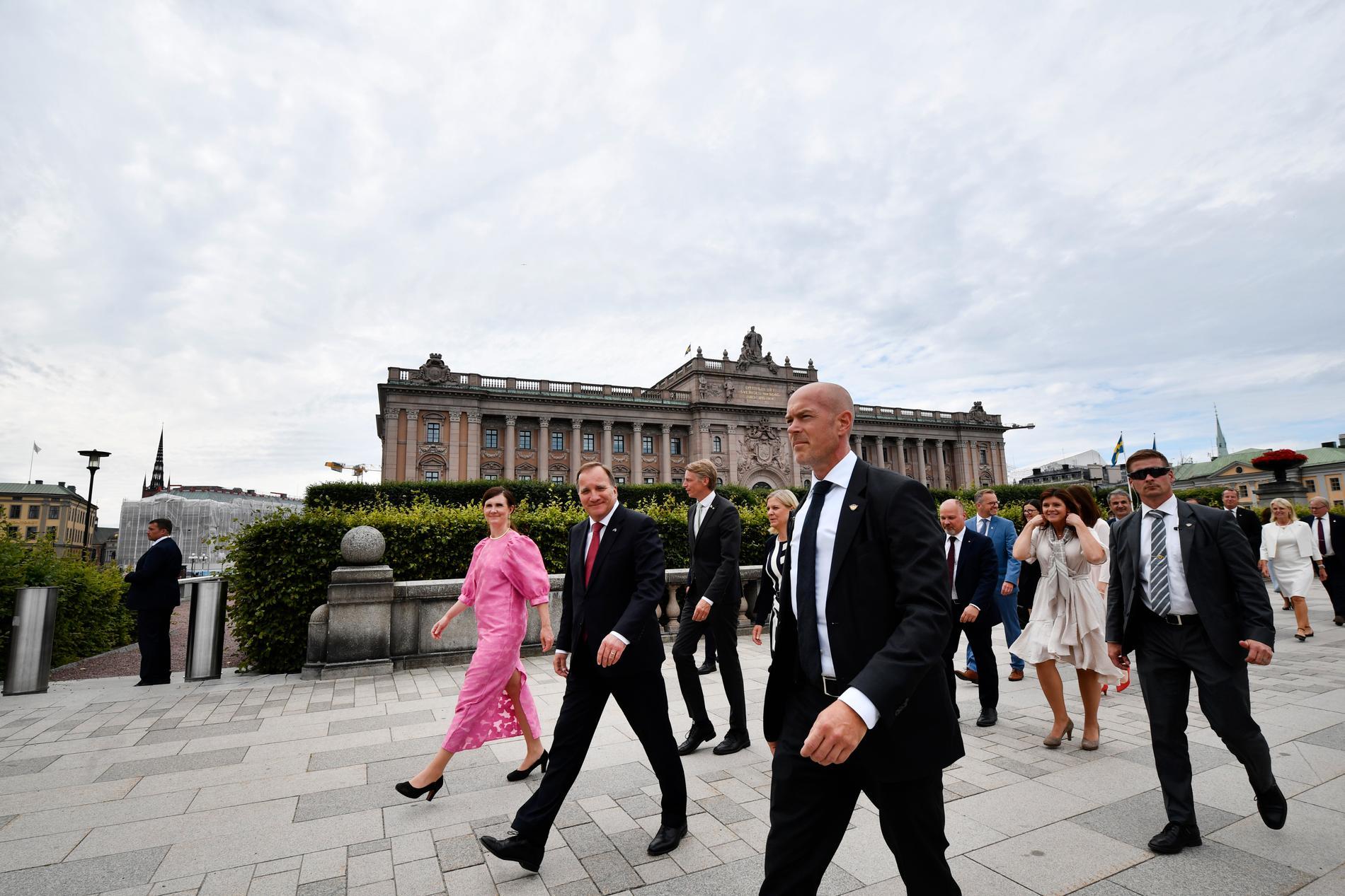 Märta Stenevi, jämställdhets- och bostadsminister (MP), statsminister Stefan Löfven (S) och resten av regeringen på väg till konselj på slottet.