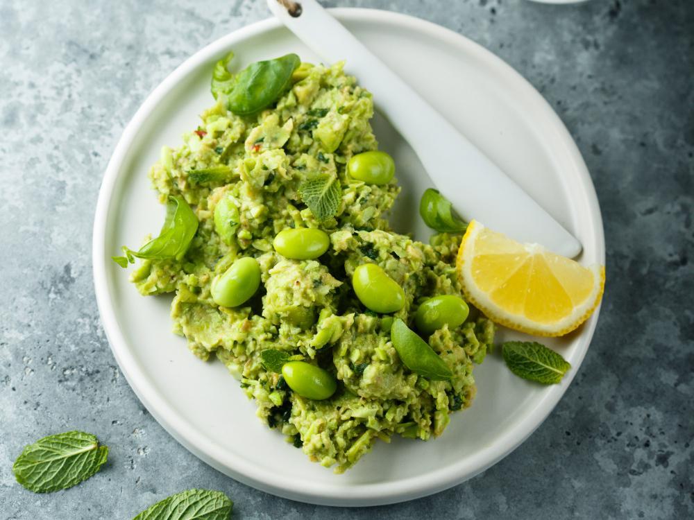 Härligt grön röra av färska sojabönor med smak av citron, basilika och vitlök.