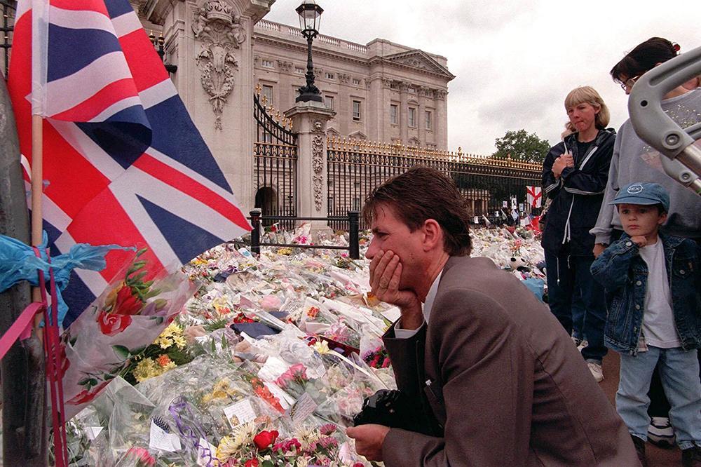 Människor samlades vid Buckingham Palace för att sörja folkets prinsessa.