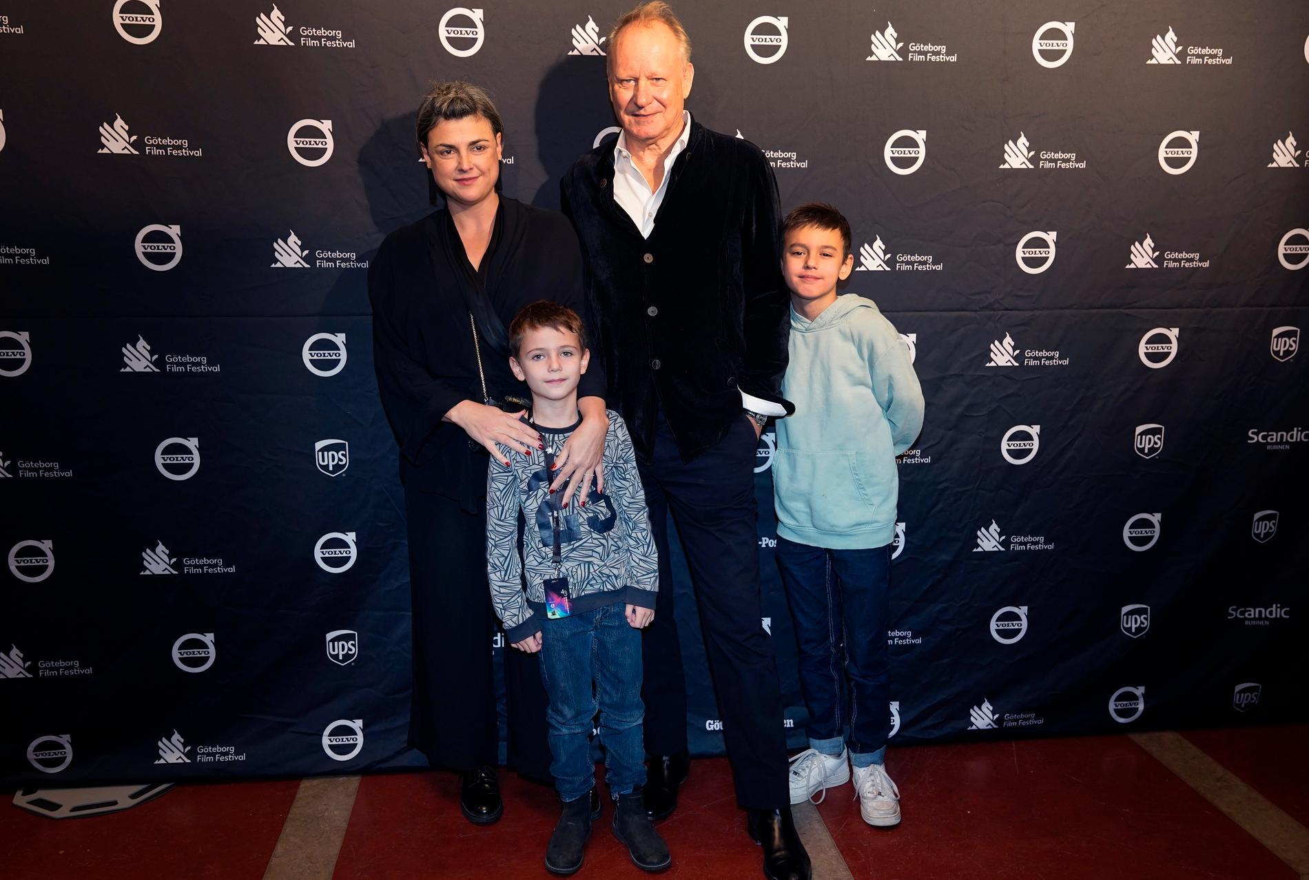 Stellan Skarsgård med hustrun Megan Everett och söner Ossian och Kolbjörn.