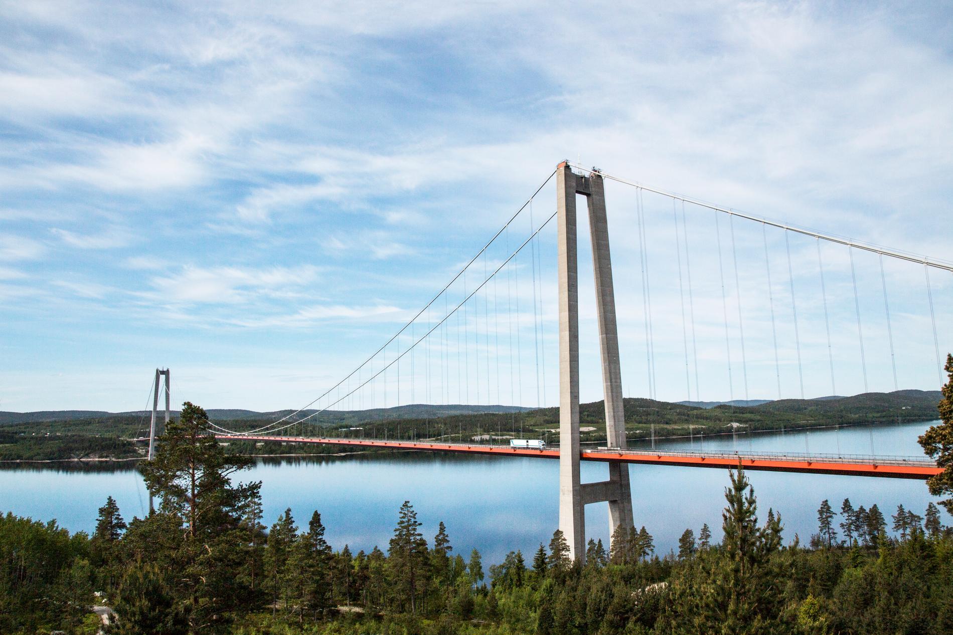 Höga Kustenbron är en hängbro över Ångemanälven mellan Kramfors och Härnösands kommunner