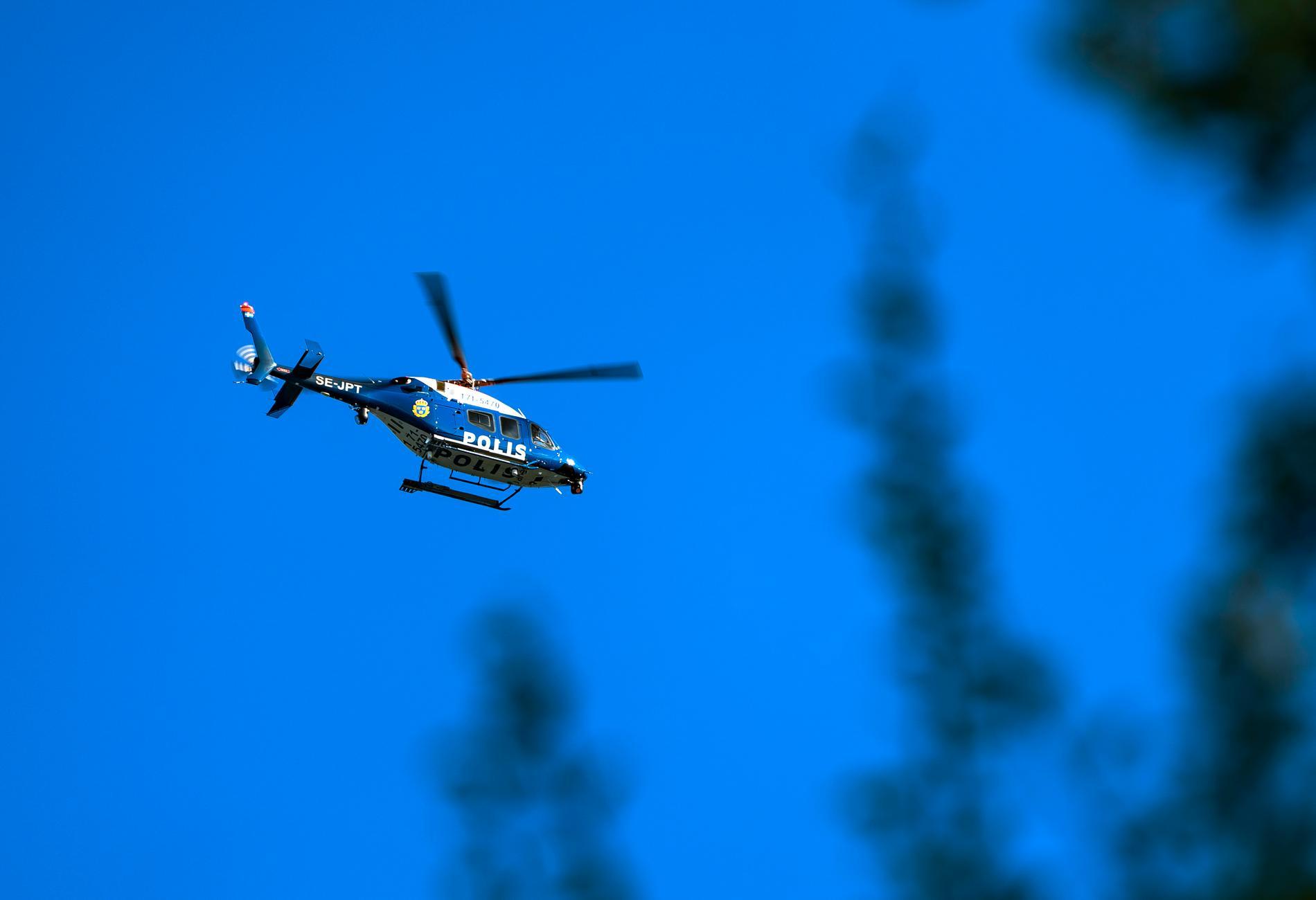 Polisen har bland annat sökt med helikopter efter en kvinna i 80-årsåldern som har varit försvunnen sedan i måndags. Arkivbild.