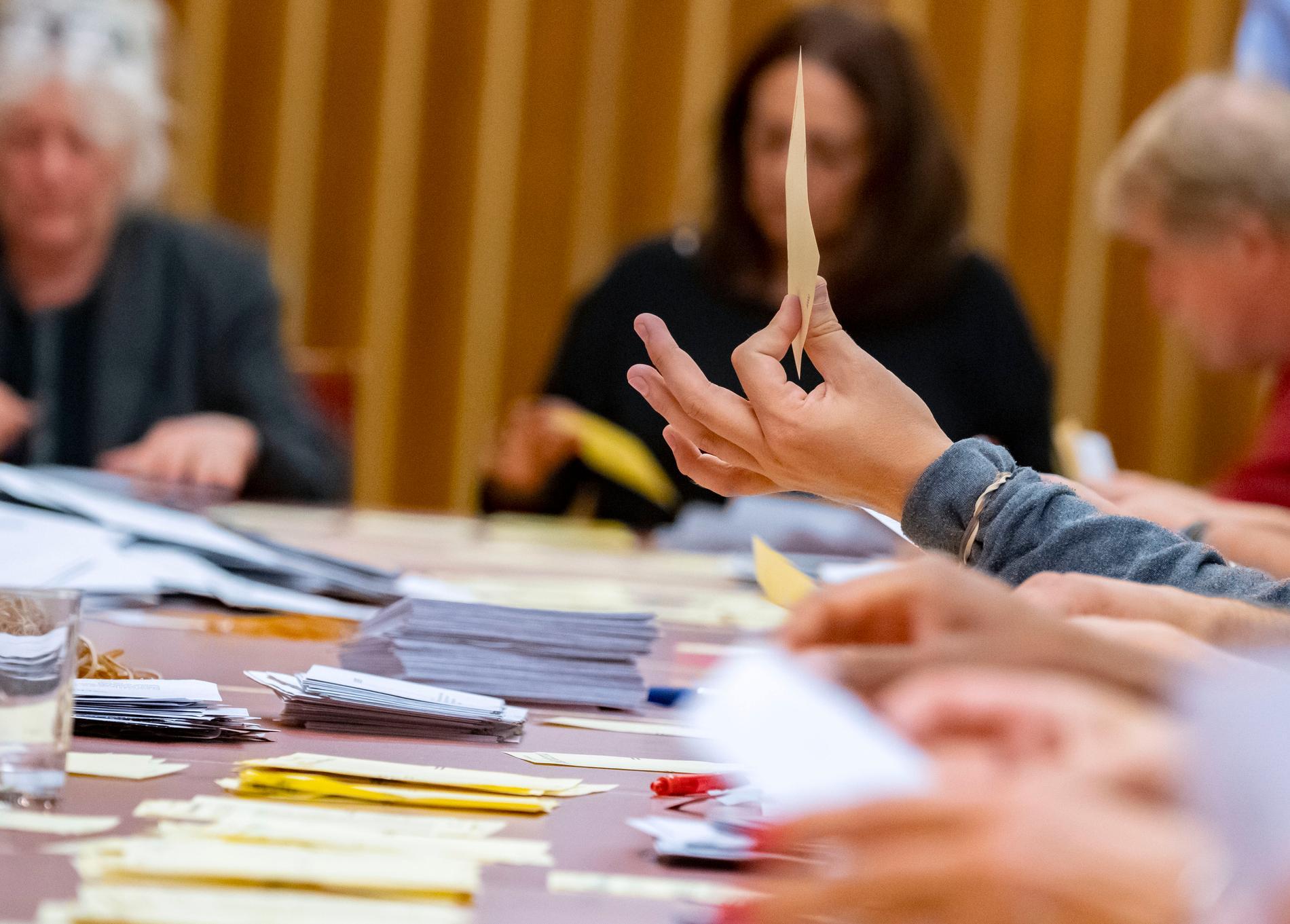 Sverige bör stärka valhemligheten och öka transparensen i kampanjfinansieringen, menar OSSE. Bilden är tagen i samband med rösträkning efter höstens val.