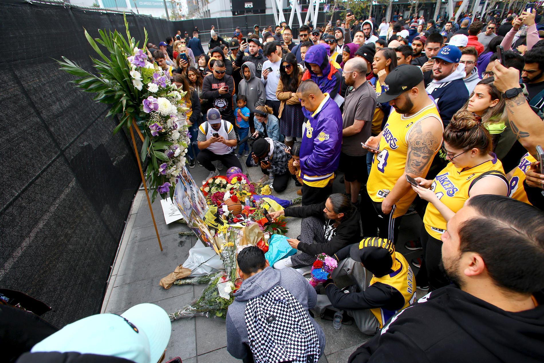 Fans sörjer utanför Los Angeles Lakers hemmaarena Staples Center