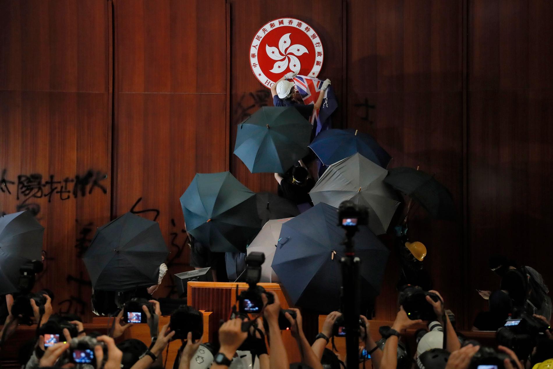 Demonstranter intog i juli Hongkongs lagstiftande församling i protest mot den föreslagna utlämningslagen. Nu skrotas lagförslaget – men protesterna väntas fortgå. Arkivbild.