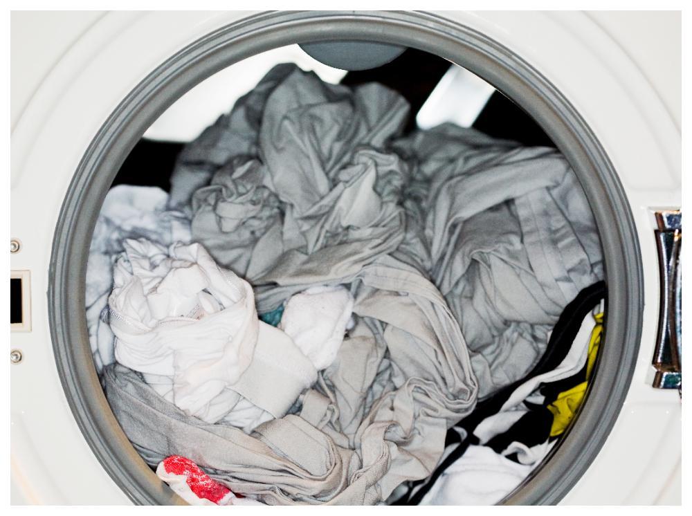 Luktar den blöta tvätten illa? Då kan det finnas bakterier som gror.