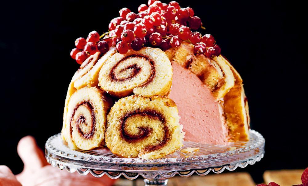 Halloncheesecake med rulltårtstäcke.