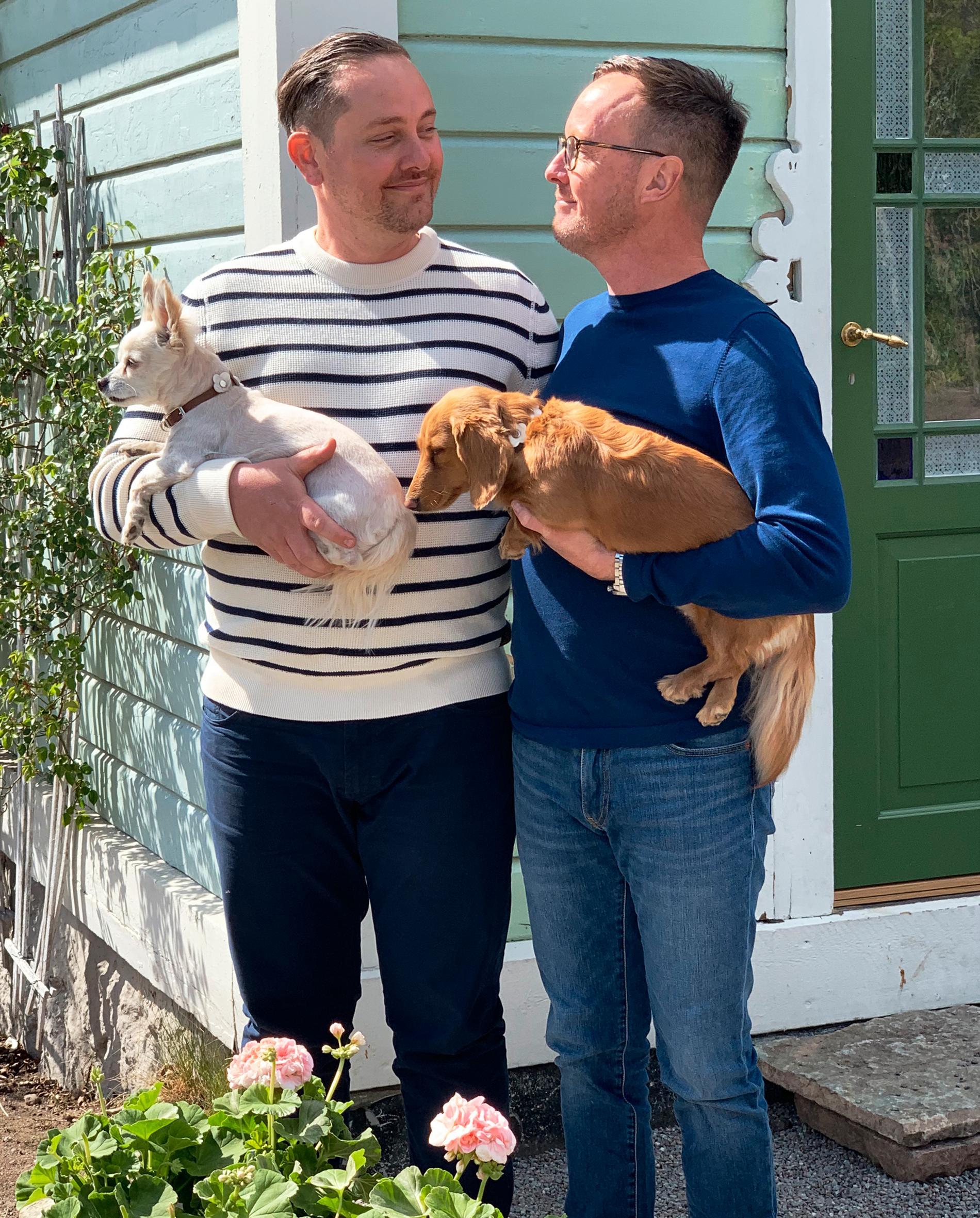 """I huset """"Lilla Gustafshäll"""" på Hasseludden i Stockholms skärgård bor Calle och Thomas med sina två hundar."""