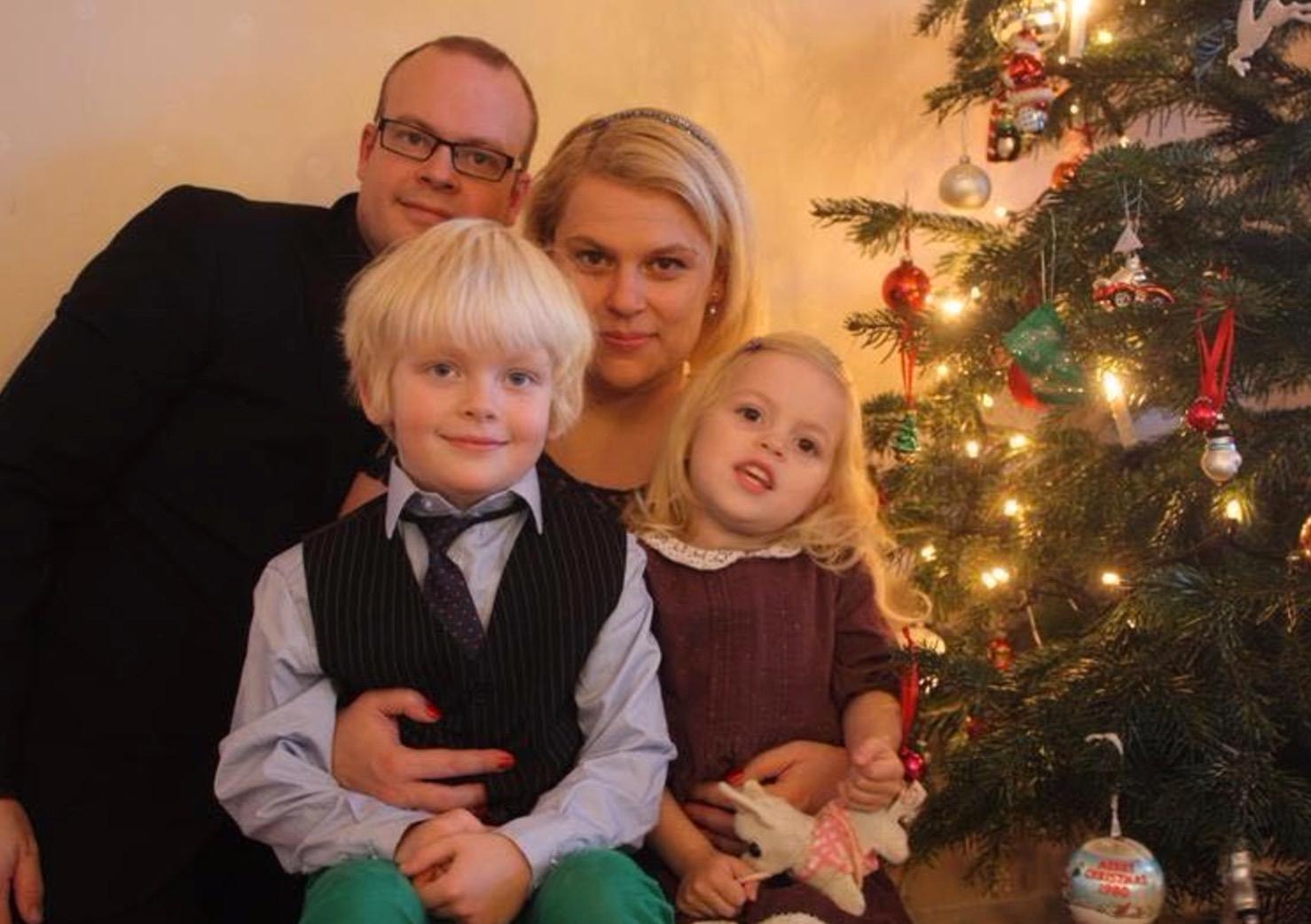 Här är Linnea med hela sin familj, pappa Kristoffer, mamma Giedre och storebror Kristian.