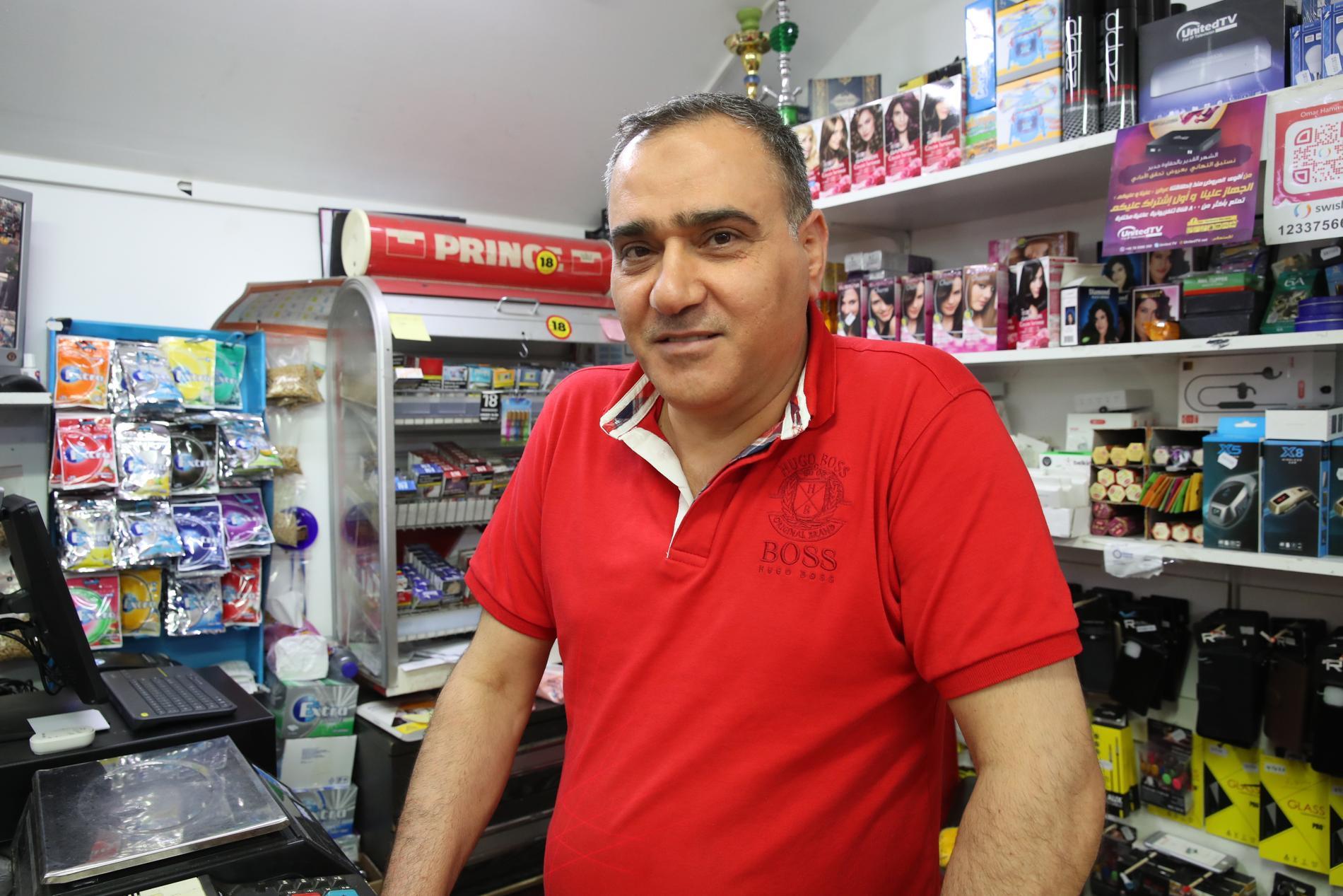 """Hasib Alkubaisi jobbar i en kiosk i Gamlegården. """"Det var en katastrof som hände igår"""", säger han."""