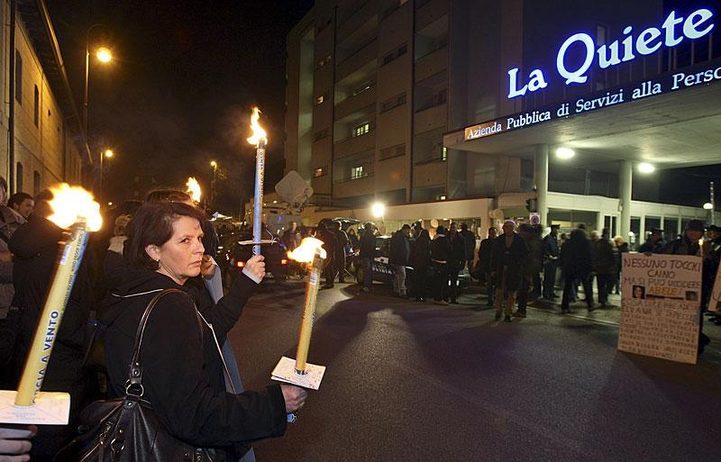 Demonstration med tända ljus för rätten att få dö. Bilden togs på måndagskvällen utanför den klinik där Eluana somnade in.