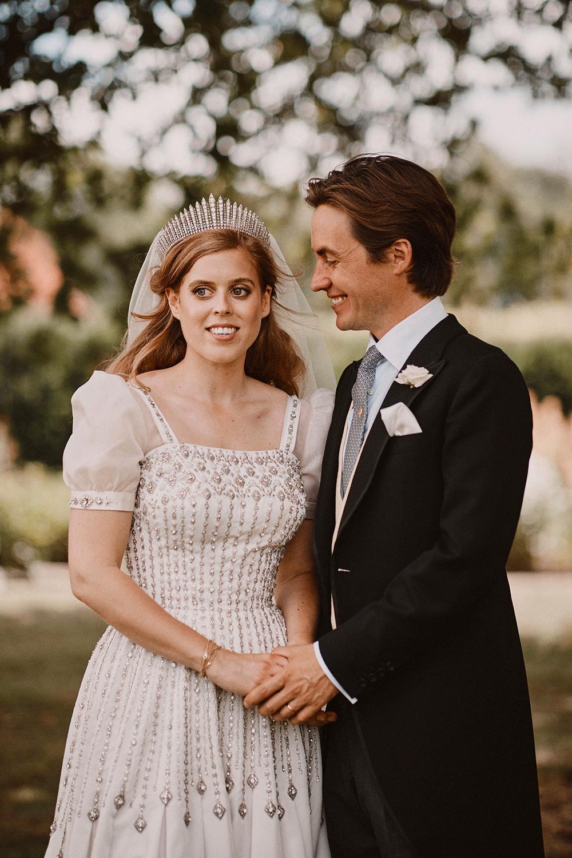 Prinsessan Beatrice och Edoardo gifte sig förra sommaren. Beatrice bar en av drottning Elizabeths gamla festklänningar.