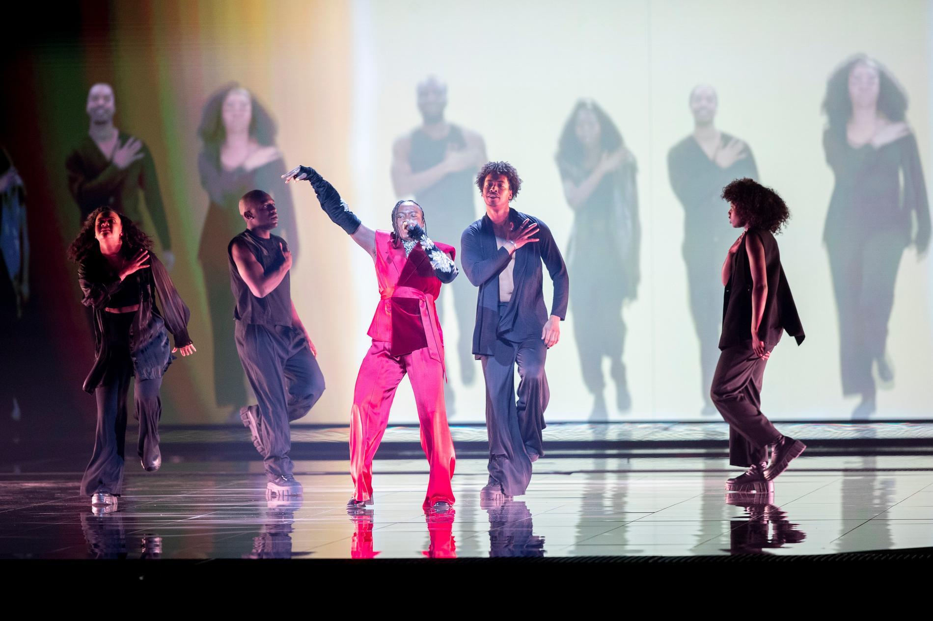 På led-skärmarna bakom Tusse får han och dansarna sällskap av en stor kör i den nya scenshowen till Eurovision.