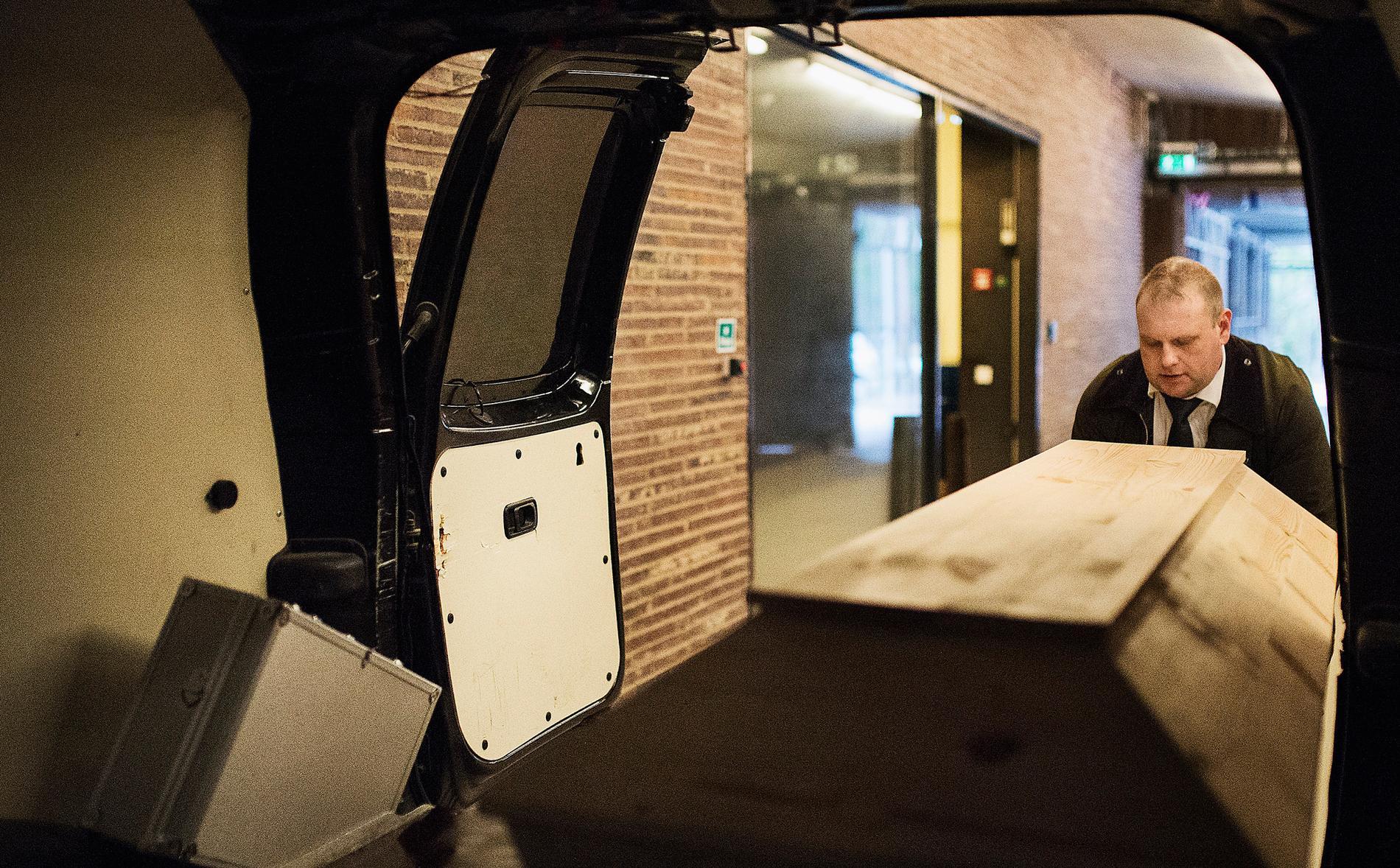 Begravningsentreprenören Adam Wetterhielm lastar en kista för att hämta en död kropp för direktkremering.