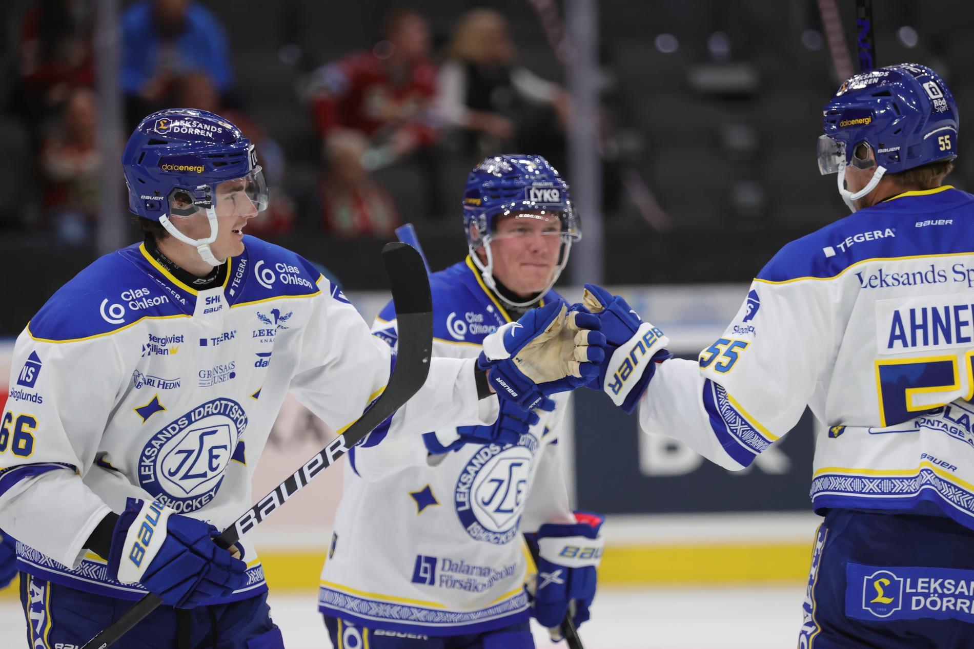 Nils Åman, till vänster, firar med lagkamraterna efter sitt 4–0-mål för Leksand mot Frölunda. 21-årige Åman stod för två mål och en assist när Leksand tog sin första seger denna SHL-säsong.