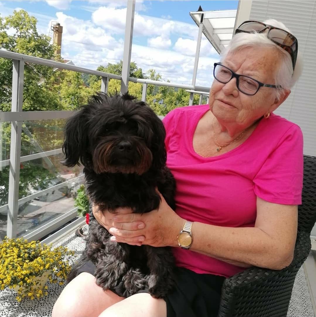 Ethel Peterson tillsammans med hunden Ozzy.