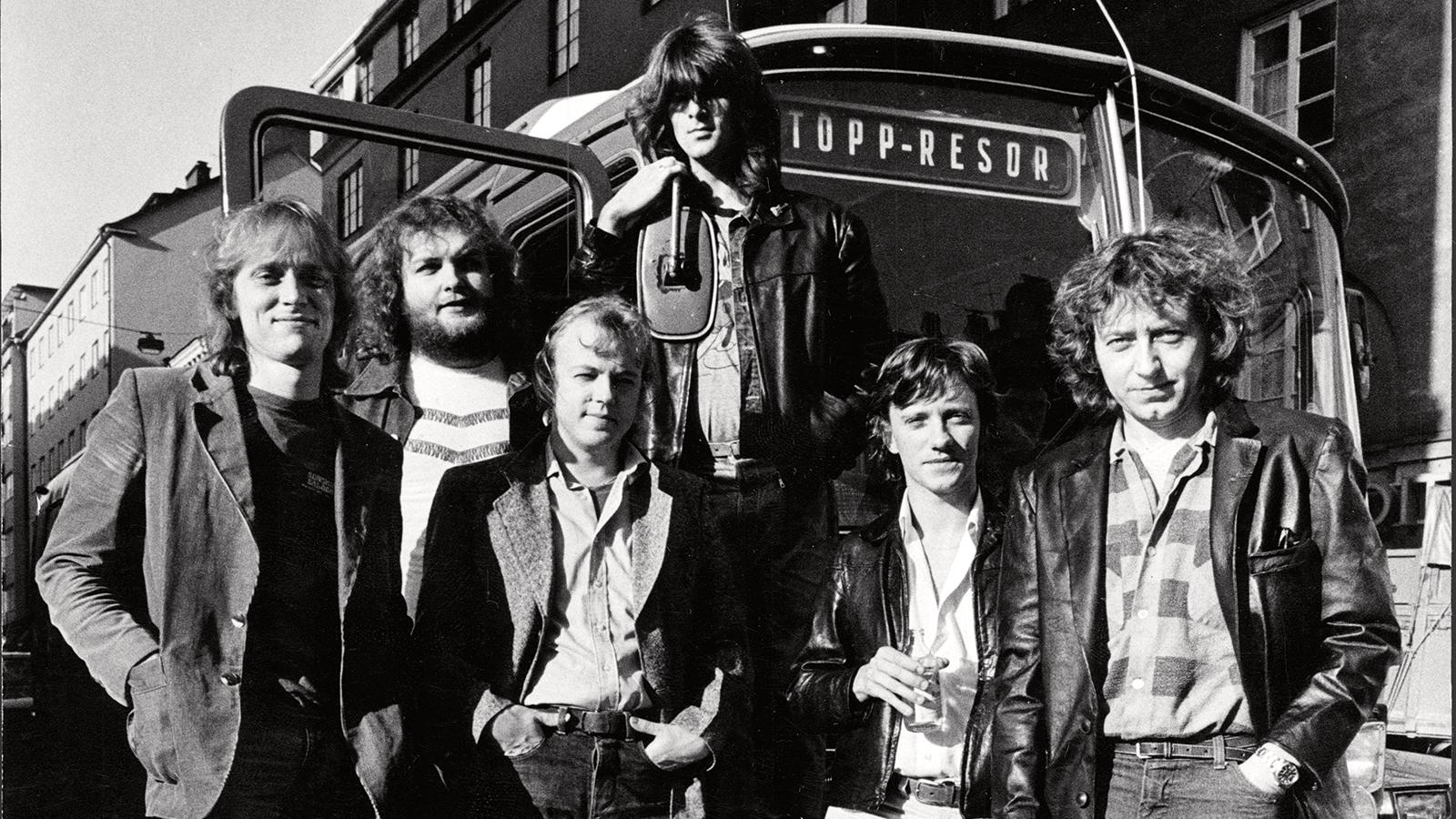 Ulf Lundell med band 1980. Från vänster Hans Olsson, Ingemar Dunker, Lasse Lindbom, Niklas Strömstedt, Mats Ronander och Ulf Lundell