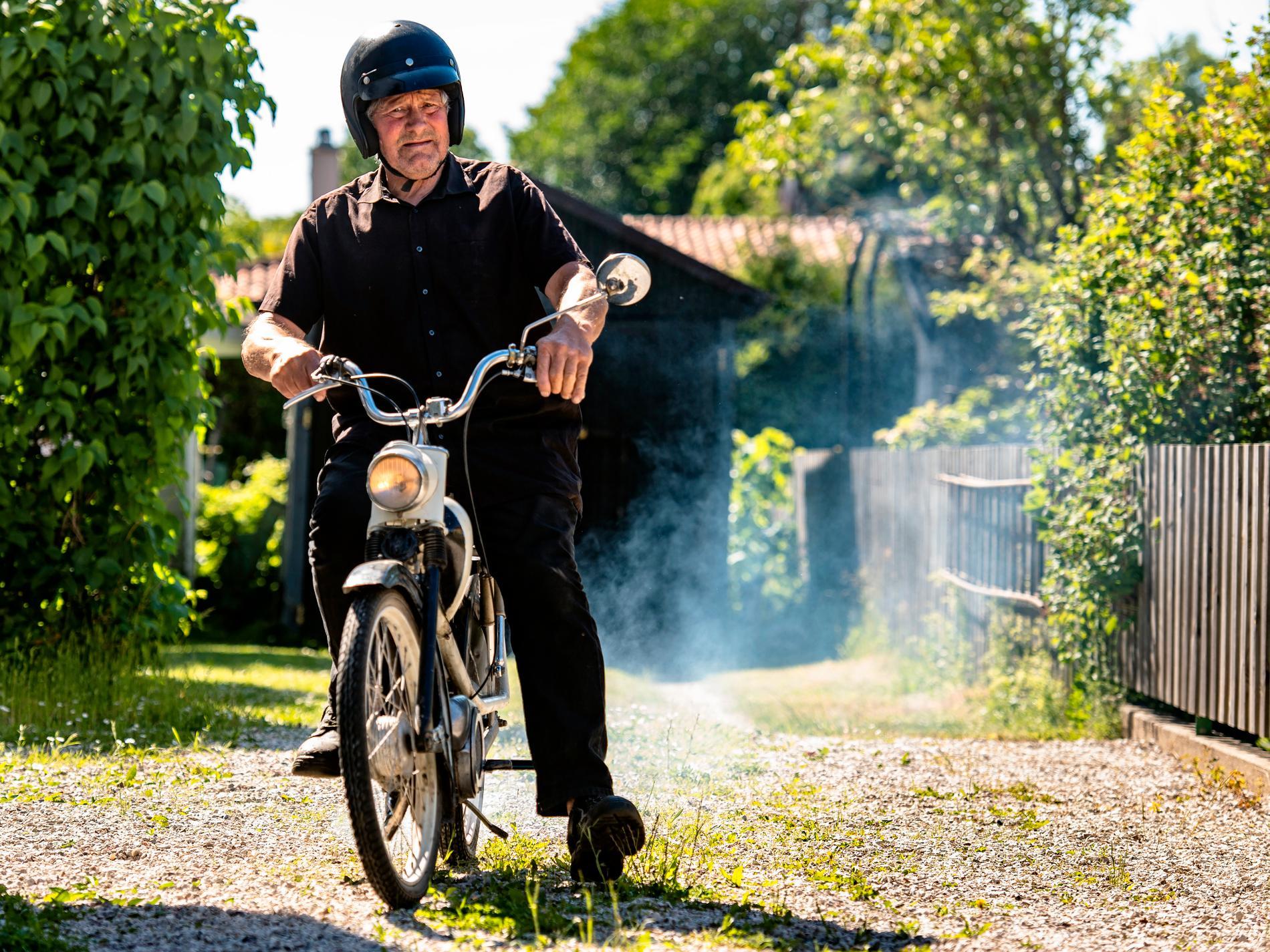 Mopedklubben Gute Moppers brukar åka runt på ön och dricka kaffe.