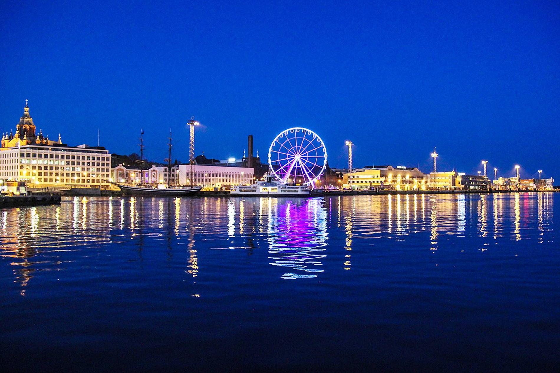Det nya pariserhjulet står i hamnen mitt i centrala Helsingfors och kommer att vara igång året runt - tack vare klimatkontrollerade gondoler.