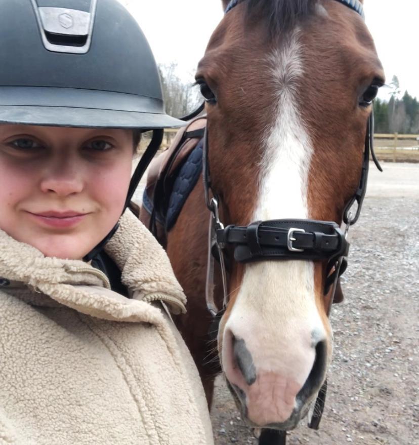 Livia fick en stöt i duschen när det regnade i Borlänge efter att ha varit i stallet hela dagen.