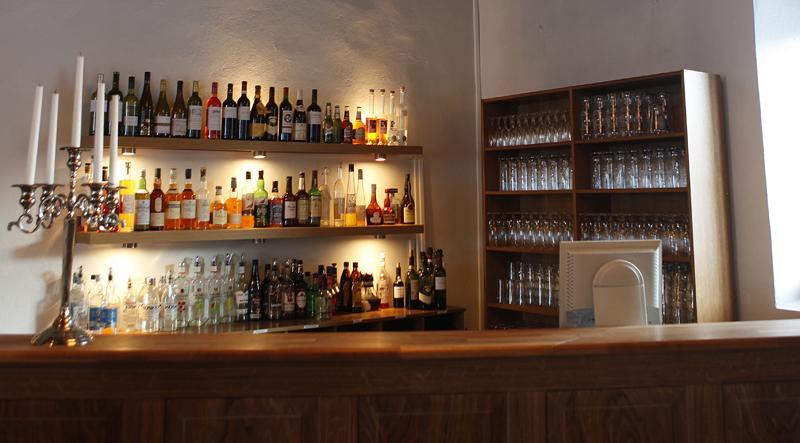 På konferenshotellet i Gripsholmsviken sålde Röda korset alkohol. Men avslöjandet är inte orsaken bakom försäljningen, enligt organisationens generalsekreterare.
