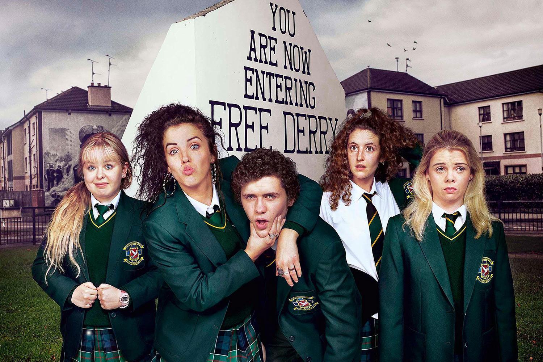 """Politiska och privata konflikter. Gänget i """"Derry girls"""" tampas med vanliga tonårsproblem i våldets skugga."""