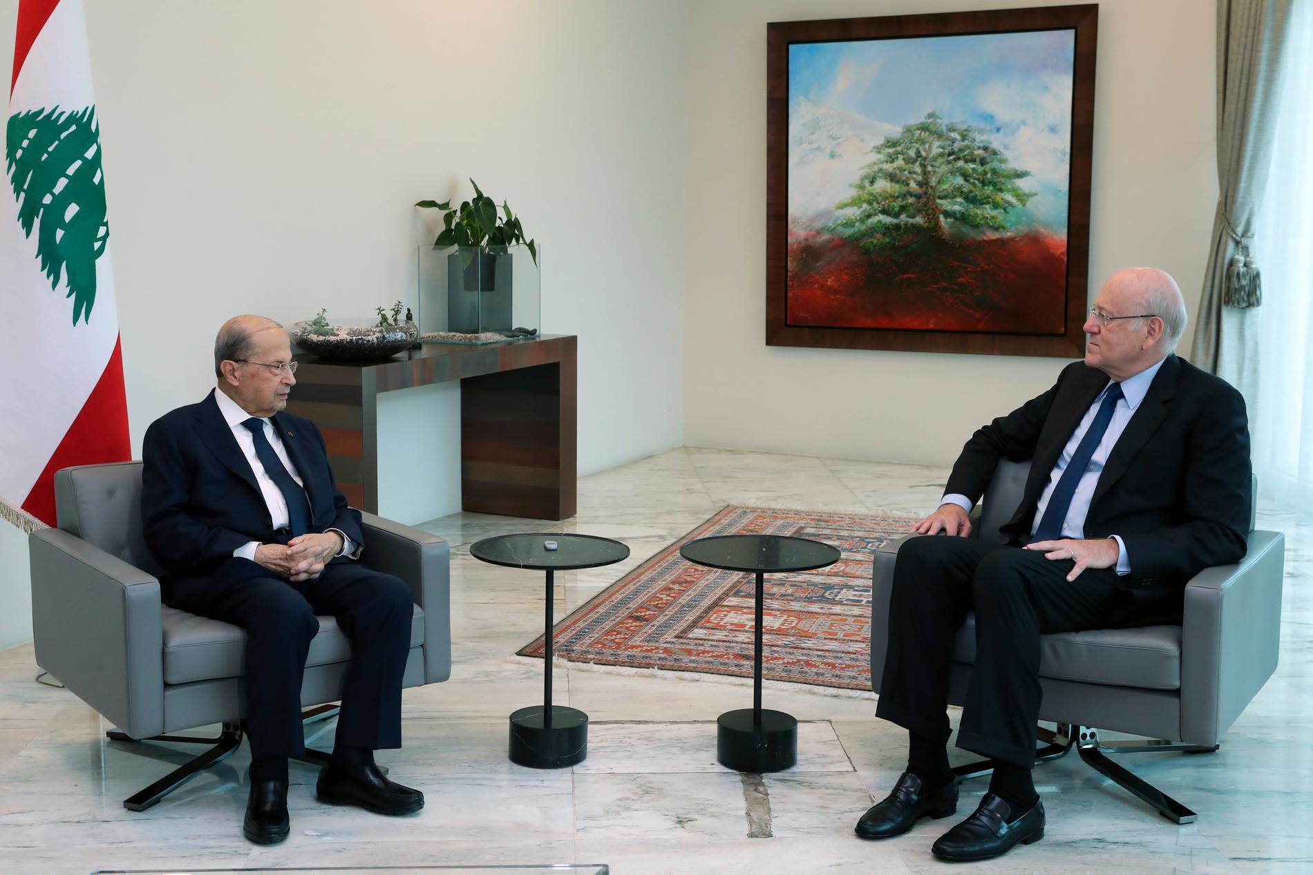Libanons nya tillförordnade premiärminister Najib Mikati (till höger i bild) under dagens samtal med president Michel Aoun.