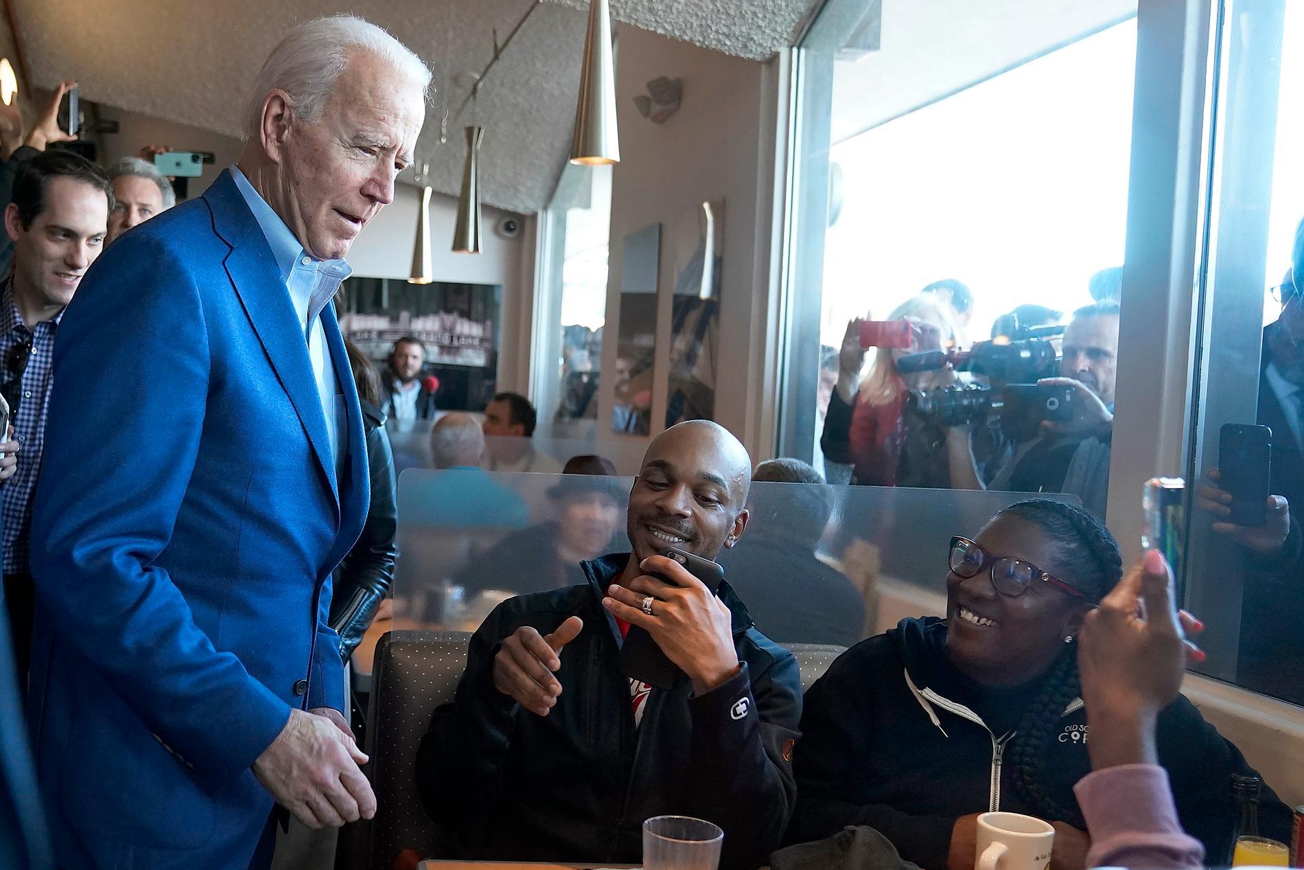 Joe Biden pratar med kunder på en restaurang i Kalifornien.