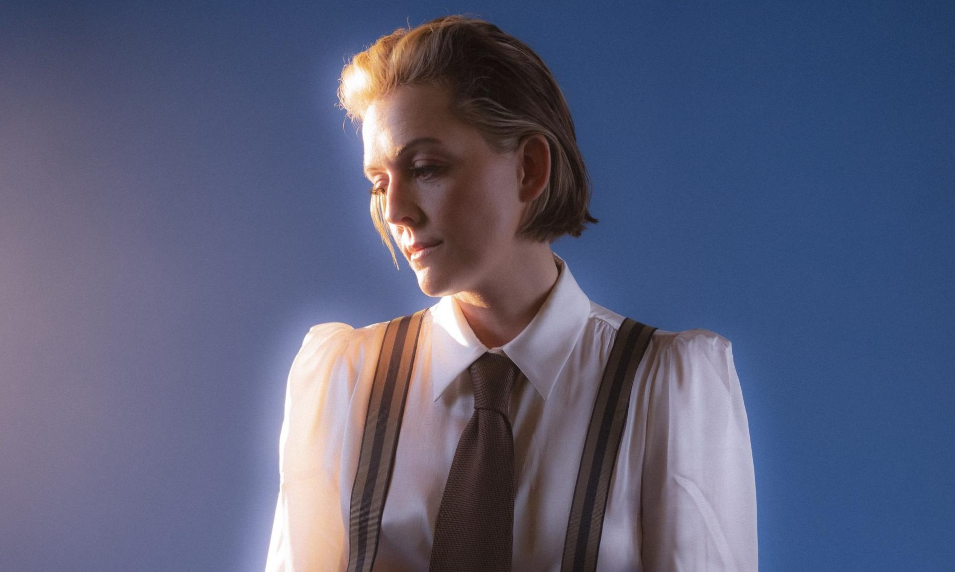"Brandi Carlile gör sin bästa ""David Bowie runt 1976""-imitation."
