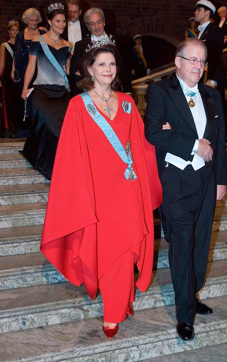 2007.Japan igen. Återigen en Yuki-klänning, denna gång i helplisserad röd sidenchiffong. Drottning Sofias diadem och ett briljanthalsband med kors.