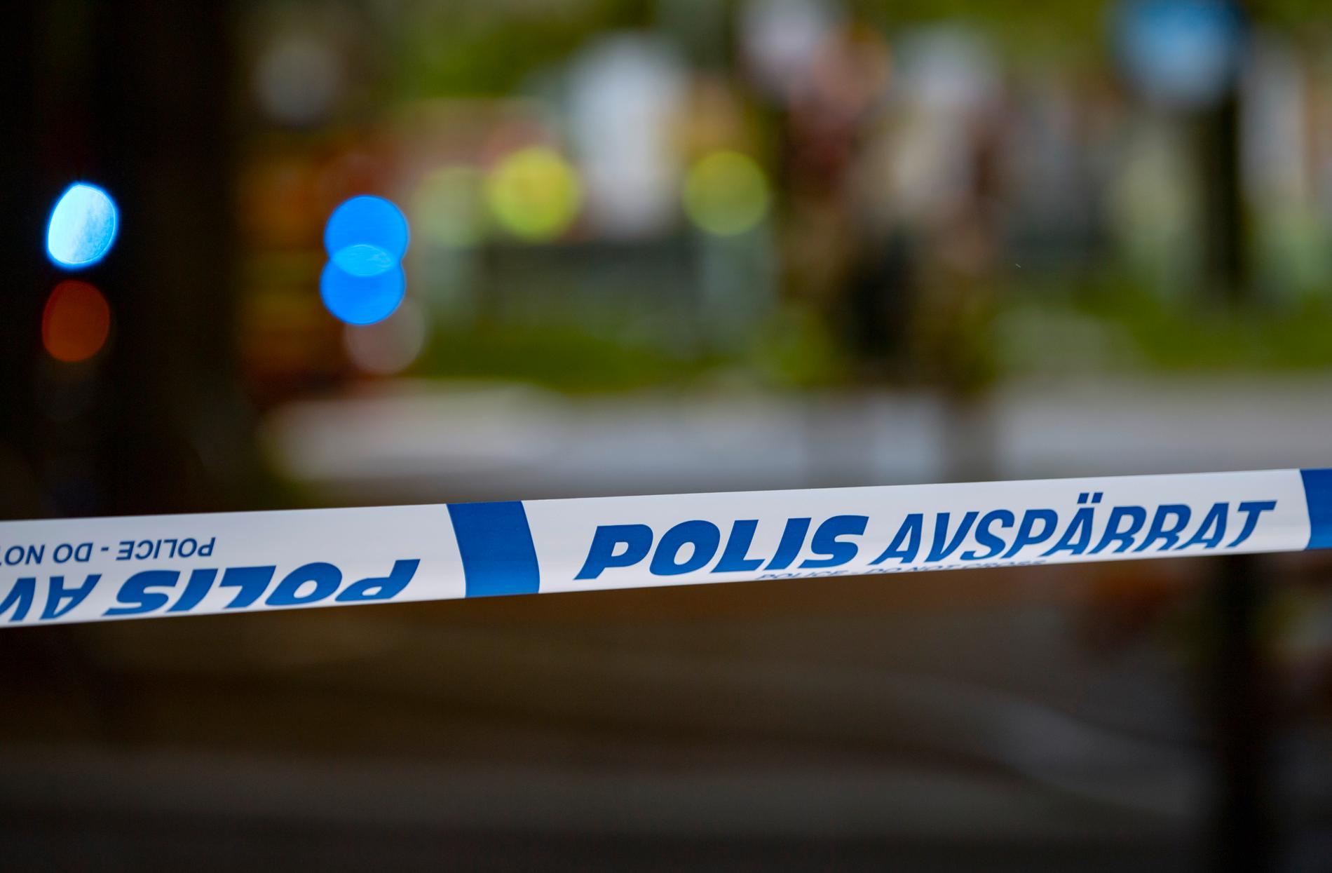 Polisen har spärrat av platsen där kvinnan hittades. Arkivbild.