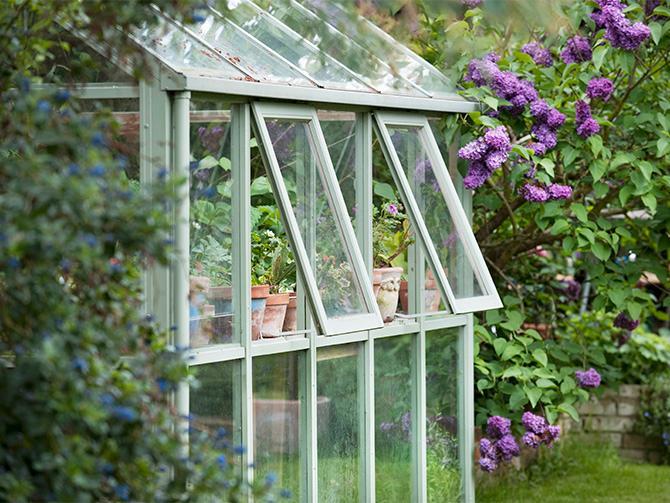 Växthuset ger värme och skydd för de växter som inte tål det nordiska klimatet. Finns i alla skepnader och prisklasser.