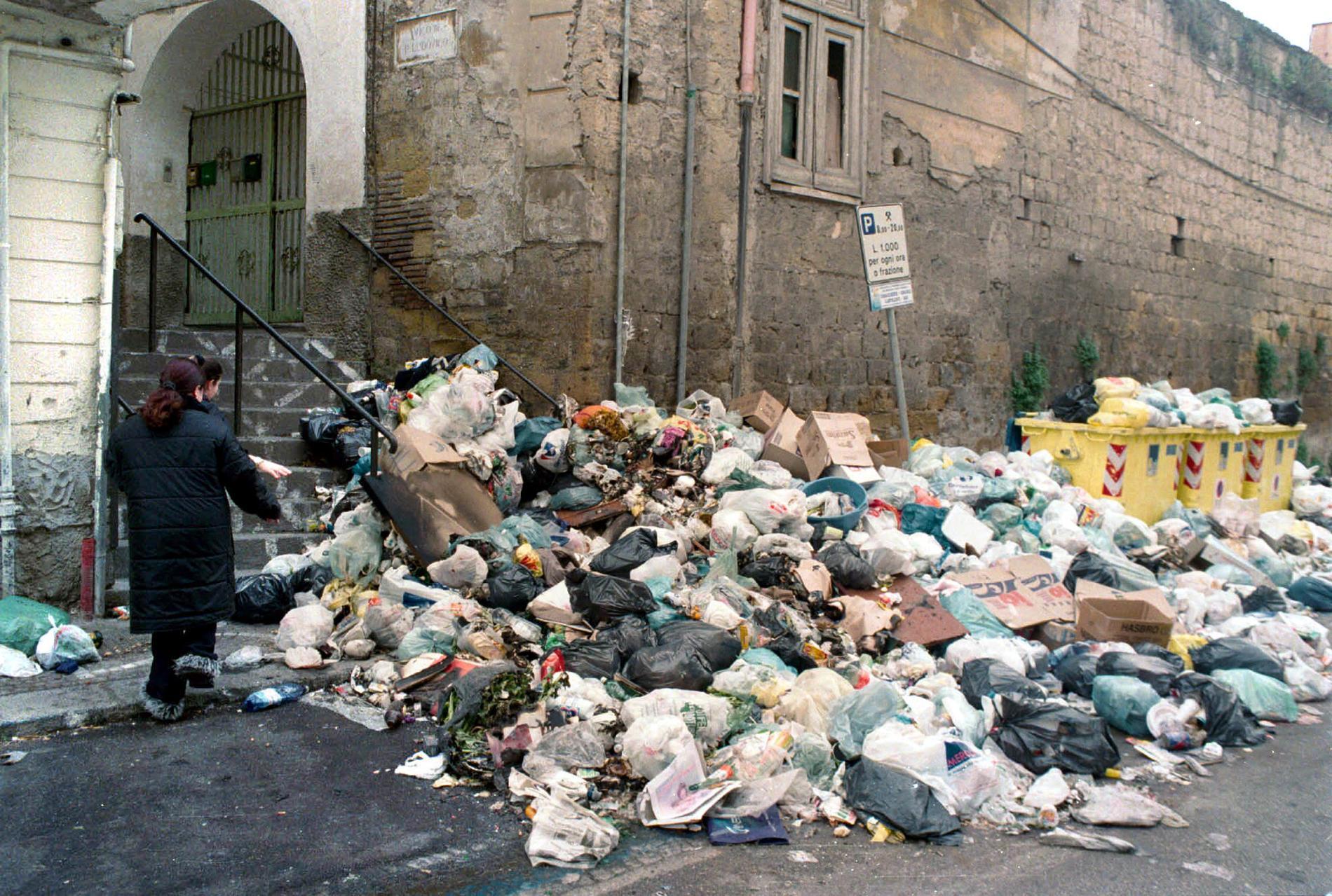 I början av 2000-talet rådde sopkris i Neapelområdet. Högvis med sopor samlades på gatorna och skolorna fick stänga då man inte längre kunde garantera hygien. Krisen skylldes på Camorran.
