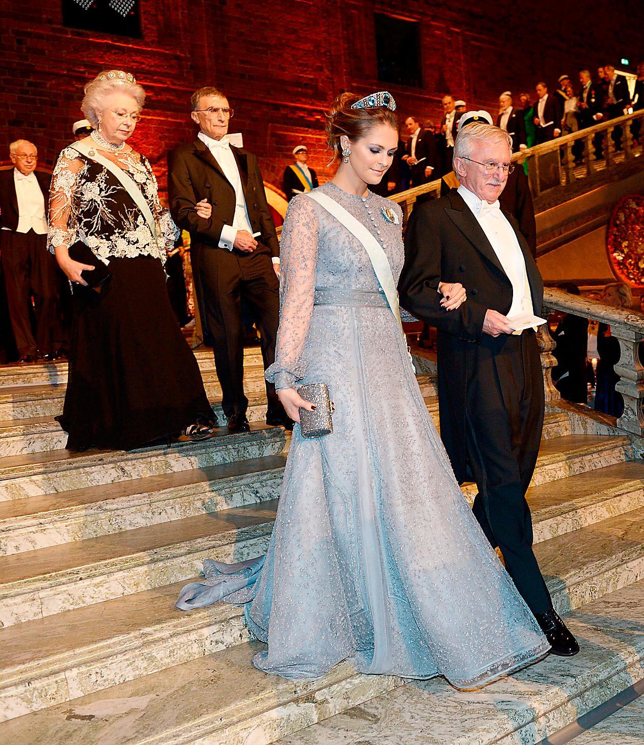 2015.Prinsessan Madeleine valde återigen en klänning av Fadi el Khoury med ärmar i genombruten spets. I håruppsättningen bar hon kronprinsessan Margarethas diadem med akvamariner.