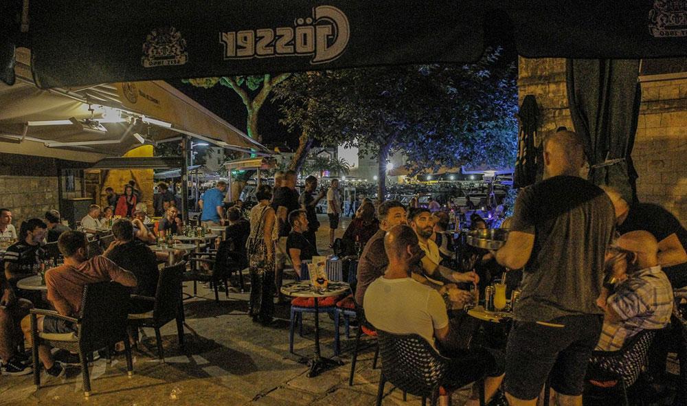 Kaféerna på strandpromenaden i Komiza är populära både dag och natt.