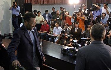 Nedstämd. Fotbollslegendaren Pelé var mycket nedstämd under en presskonferens i Sao Paulo i dag. Inför tv-kameror berättade han om känslorna över att sonen Edinho gripits misstänkt för kidnappning och knarkhandel.