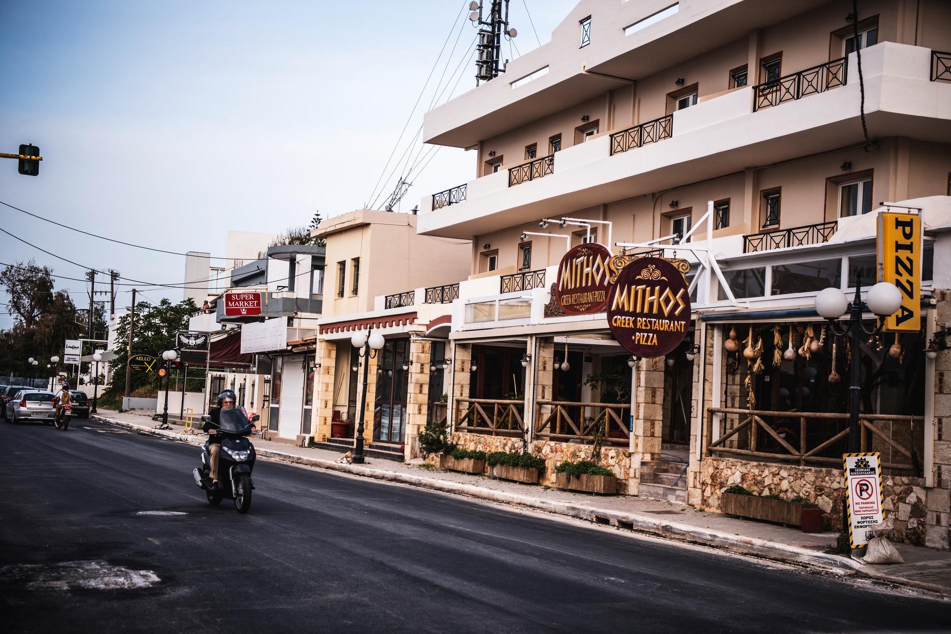 Turistgatan i Agia Marina är i princip helt tom på människor.